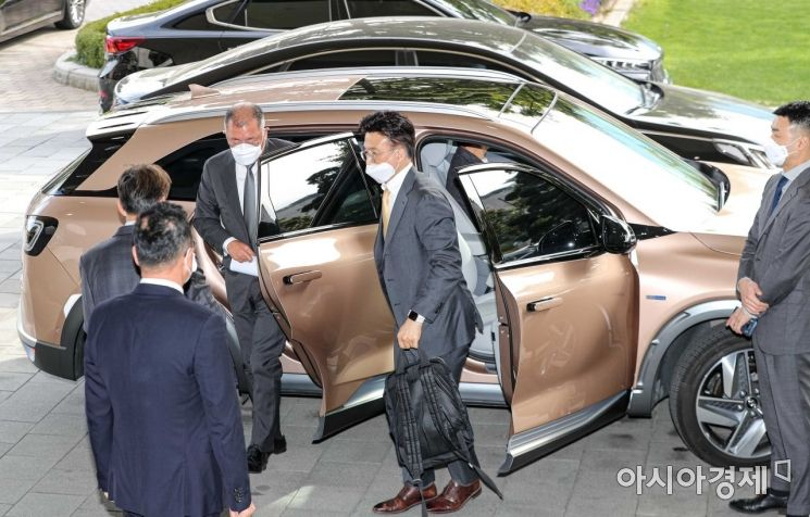 정의선 현대자동차그룹 회장이 지난 15일 서울 종로구 정부서울청사에서 열린 '제2차 수소경제위원회'에 참석하기 위해 수소전기차 '넥쏘'를 타고 청사에 도착하고 있다./강진형 기자aymsdream@
