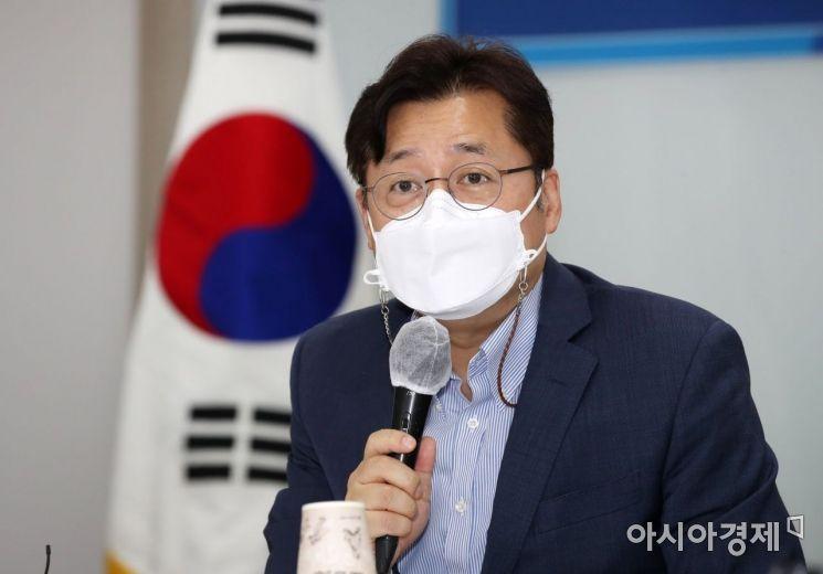 홍익표 더불어민주당 의원(민주연구원장)이 15일 서울 영등포구 중소기업중앙회에서 열린 공정경제 3법 관련 당·경제계 정책간담회에서 인사말을 하고 있다./강진형 기자aymsdream@