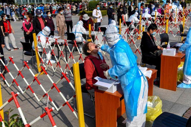 지난10월 중국 산둥성 칭다오에서 의료진이 신종 코로나바이러스 감염증(코로나19) 검사를 하기 위해 시민들의 검체를 채취하고 있다. [이미지출처=연합뉴스]