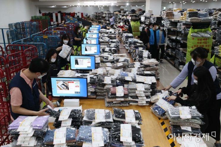 16일 서울 중구 브랜디 동대문 풀필먼트 센터에서 직원들이 분주하게 일하는 모습. /문호남 기자 munonam@