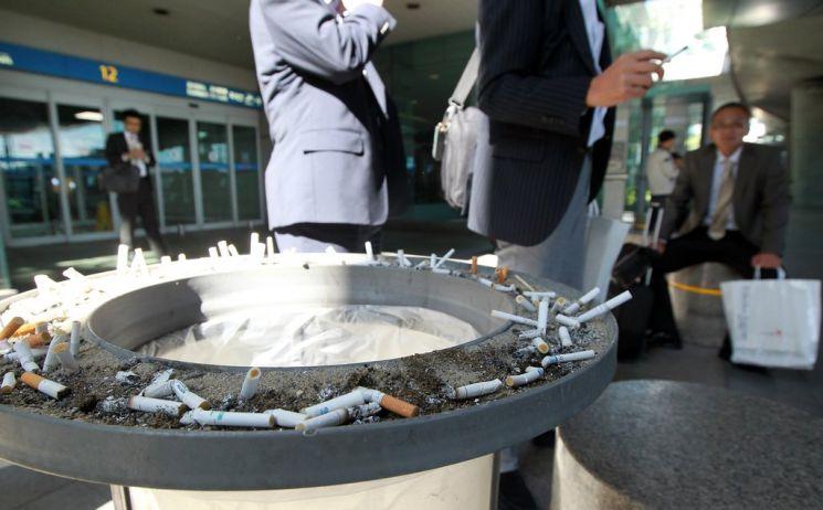 시민들이 인천국제공항 흡연구역에서 담배를 피우고 있다. 사진은 기사 중 특정 내용과 관계 없음/사진=연합뉴스