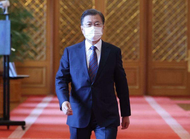 문재인 대통령이 16일 청와대에서 주한대사 신임장 제정식에 참석하고 있다. <이하 사진=연합뉴스>