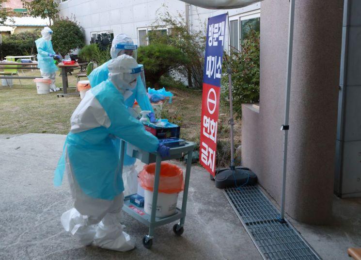 53명의 집단감염이 발생한 부산 북구 만덕동 해뜨락 요양병원에서 의료진들이 전수검사를 위해 지난 15일 분주히 움직이고 있다. / 사진=연합뉴스