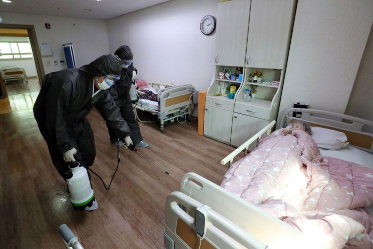 지난 3월18일 서울 성동구 한 요양병원에서 구청관계자들이 방역하고 있다. / 사진=연합뉴스
