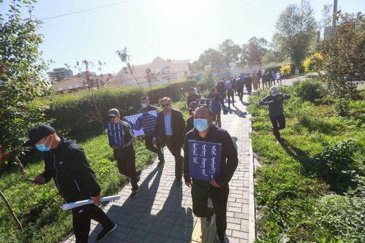 지난 2일 몽골의 수도 울란바토르에서 반중 구호가 적힌 플래카드를 든 몽골인들이 시위를 벌이고 있다. 시위대는 중국이 네이멍구자치구 학교 수업에서 몽골어를 중국어(만다린)로 대체하는 것을 규탄하며 중국 대사관까지 행진을 벌였다. [이미지출처=연합뉴스]