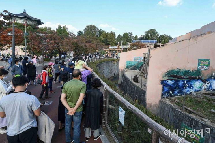 사회적 거리두기가 1단계로 완화된 이후 첫 주말인 18일 서울 광진구 어린이대공원을 찾은 시민들이 즐거운 시간을 보내고 있다.