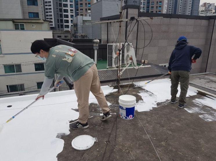마포구, 서울시 최초 동 단위 쿨루프 사업 취약계층 옥탑방 작업 마쳐