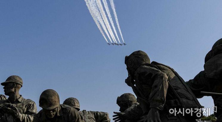 [포토]전쟁기념광 상공 비행하는 블랙이글스