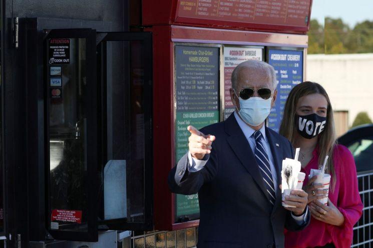 조 바이든 후보가 노스캐롤라이나주 유세에 앞서 손녀와 함께 밀크쉐이크를 들고 서 있다. [이미지출처=로이터연합뉴스]