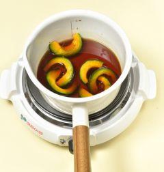 3. 냄비에 분량의 조림장 재료를 모두 넣어 끓인다. 바글바글 끓으면 단호박을 넣어 5분 정도 조린다.