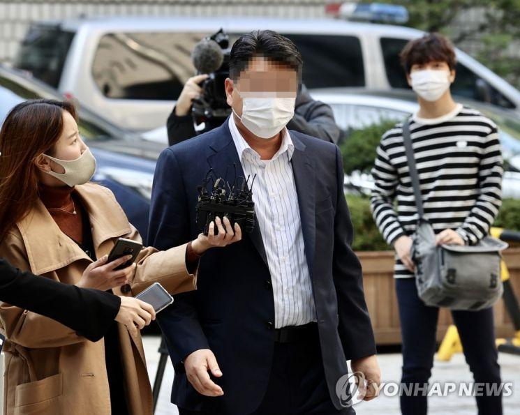 옵티머스자산운용 펀드 사기에 가담한 혐의를 받는 화장품 회사 스킨앤스킨 이사인 이모씨가 19일 오전 서초구 서울중앙지법에서 열린 구속 전 피의자 심문(영장실질심사)에 출석하고 있다.