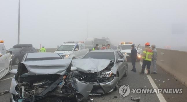 20일 오전 5시52분께 충남 당진시 신평면 서해안고속도로 하행선 275㎞ 지점 서해대교 인근에서 차량 10여대가 잇따라 추돌했다. 이 사고로 14명이 경상을 입고 인근 병원으로 옮겨졌다. [이미지출처=연합뉴스]
