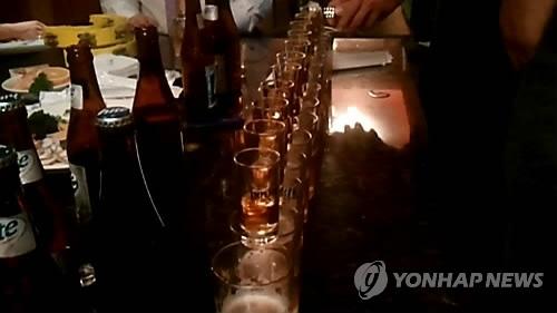 맥주잔 안에 양주가 들어가 일명 '폭탄주'가 만들어지는 장면. [이미지출처=연합뉴스]