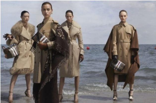 버버리 트렌치코트를 착용한 여성들. 사진=버버리