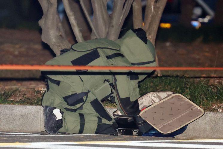 20일 오후 서울 여의도 국회 도서관 인근에서 폭발물로 의심되는 가방이 있다는 신고가 접수되어 경찰특공대 폭발물 처리반 요원이 긴급 출동하고 있다. (사진=연합뉴스)