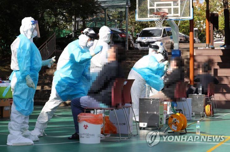 선별진료소에서 코로나19 진단 검사가 진행되고 있다. [이미지출처=연합뉴스]