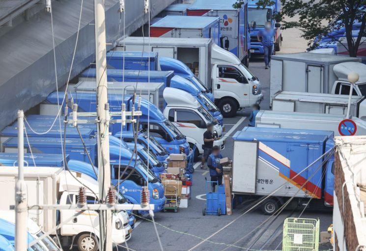 지난달 18일 서울의 한 택배 물류센터에서 택배기사들이 분류 작업을 마친 뒤 배송 준비를 하고 있다. / 사진=연합뉴스