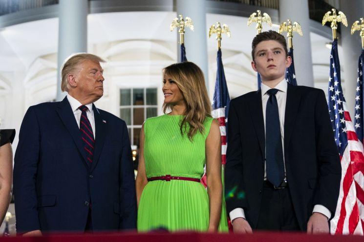트럼프 대통령과 멜라니아 여사, 막내아들 배런은 모두 코로나19에 감염된 후 음성 판정을 받았다. [이미지출처=AP연합뉴스]