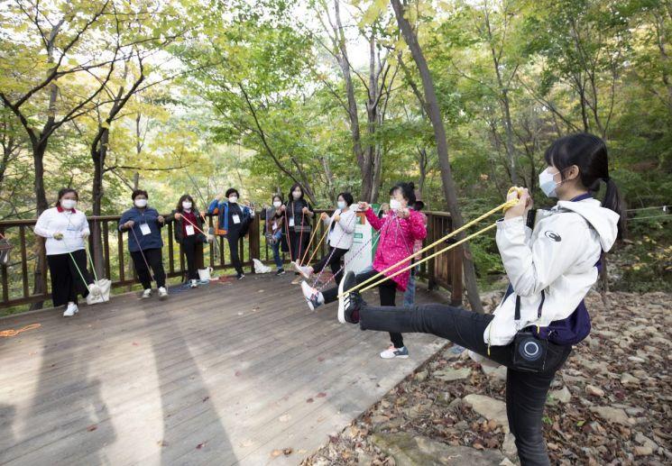 국립청도숲체원에서 코로나19 워리어들이 '온드림 숲 속 힐링교실' 프로그램에 참여하고 있다.(사진=현대차 정몽구 재단)
