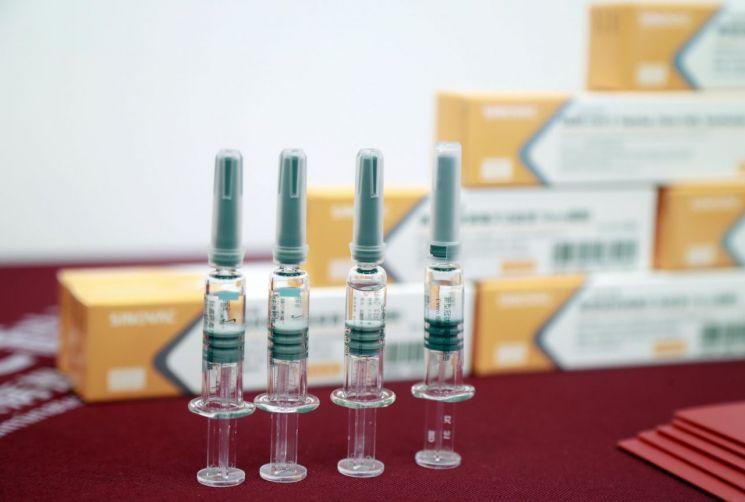 중국의 질병 통제 책임자가 중국에서 만든 백신의 효능에 대해 이야기합니다.  Buryaburya의 설명
