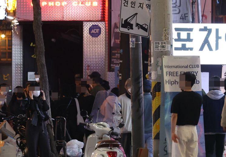 사회적 거리 두기가 1단계로 완화되고 첫 주말이 시작된 16일 밤 서울 마포구 홍대축제거리 인근 클럽, 포차 밀집 지역에서 시민들이 클럽과 포차 앞에서 입장을 기다리고 있다.<이미지:연합뉴스>