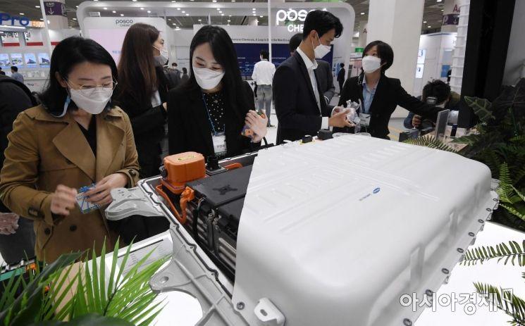[포토] 전기차용 배터리 살펴보는 방문객들