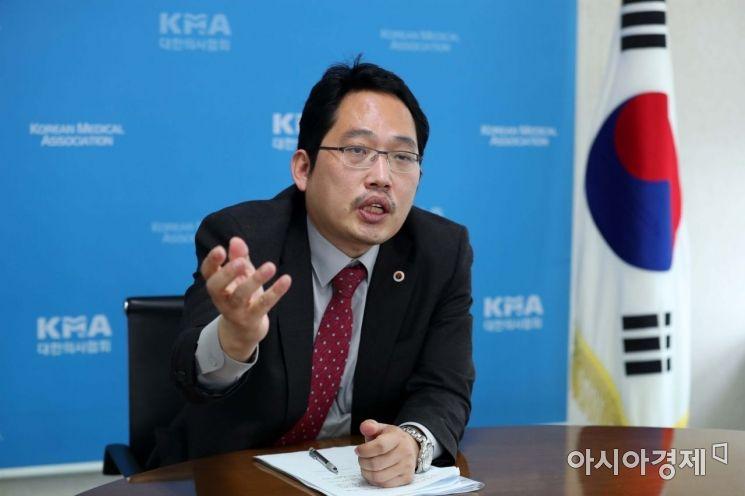 """의협 """"거리두기 일시적 3단계 상향…민관협력 강화해야"""""""