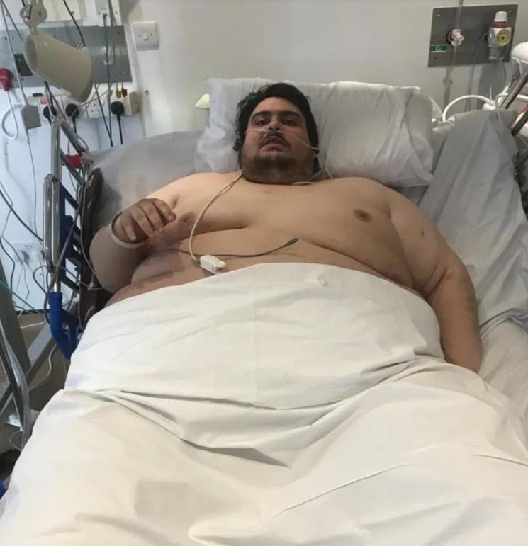 더선 등은 20일(현지시각) 영국 서리주 캠벌리에 사는 제이슨 홀튼(30)이 패스트푸드 중독으로 5년간 실내에 갇혀 지내다가 치료를 위해 빠져나왔다고 보도했다. 사진=더선 캡처.