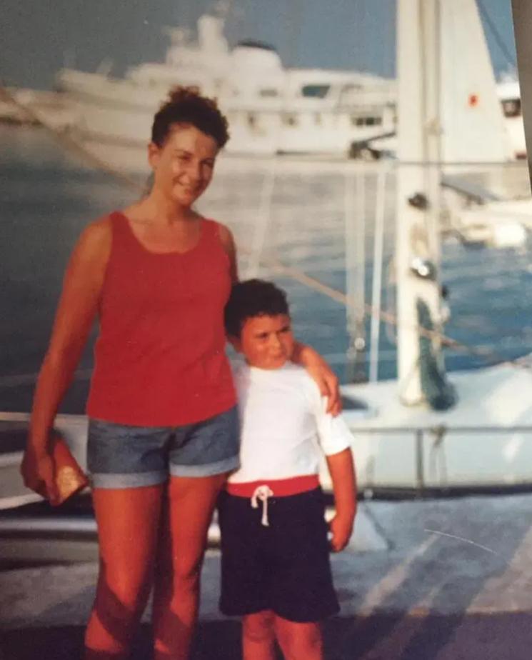 어린 시절의 제이슨 홀튼과 그의 엄마. 사진=더선 제공.