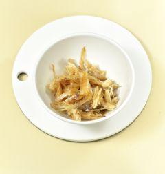 1. 황태채는 물에 담가 씻어 바로 건져 물기를 꼭 짜서 분량의 양념 재료에 버무린다. (Tip 참치한스푼은 참치액을 발효시킨 액상 조미료로 감칠맛이 나며 없다면 국간장으로 대신한다.)