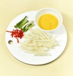 2. 달걀은 곱게 푼다. 무는 일정한 두께로 채 썰고 실파는 먹기 좋은 크기로 썬다. 홍고추는 반으로 갈라 어슷하게 썬다.