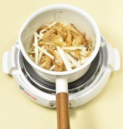 3. 냄비에 황태채와 무를 넣어 중불에 볶다가 물 3컵을 넣어 끓인다.
