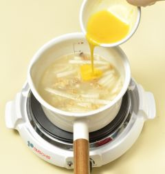4. 국물이 끓기 시작하면 불을 줄이고 5분 정도 더 끓여 무가 익으면 달걀을 넣어 푼다.