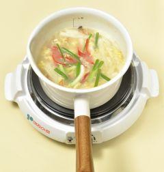5. 실파, 홍고추, 다진 마늘을 넣고 소금과 후춧가루로 간을 한다.