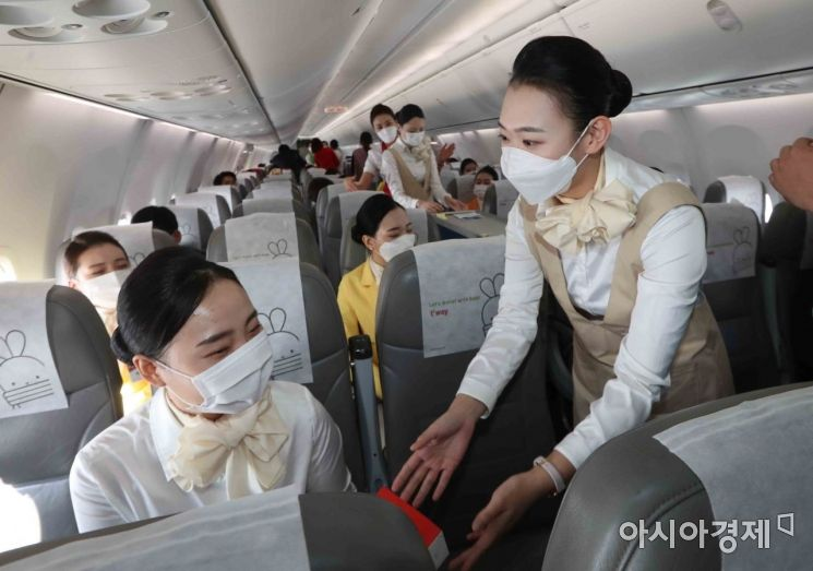 [포토]승무원 훈련 받는 배재대 항공운항과 학생들