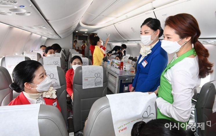 [포토]기내 실습하는 항공운항과 학생들