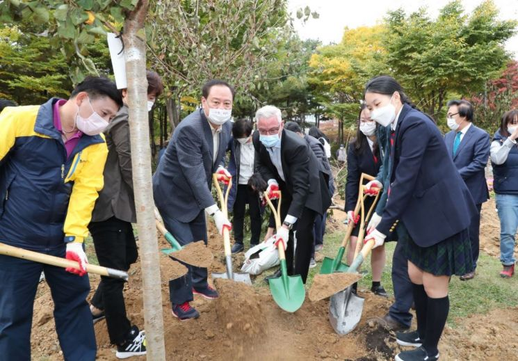 [포토]유동균 마포구청장 '미래를 여는 숲 조성' 행사 참석