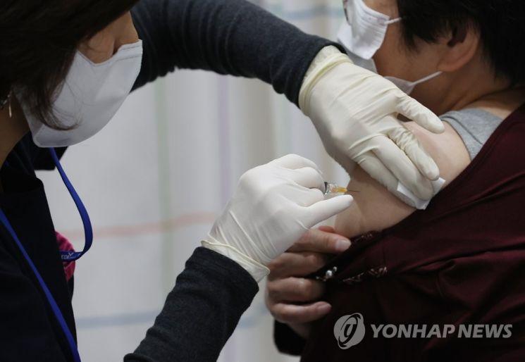 독감 백신 접종하고 있는 시민 [이미지출처=연합뉴스]