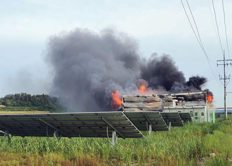 지난 5월27일 오후 5시35분께 전남 해남군 황산면 한 태양광발전시설에서 불이 나 검은 연기가 치솟은 모습. 이 불로 다친 사람은 없으나 소방서 추산 4억6천760만원 상당 재산 피해가 났다. 소방 당국은 에너지저장장치(ESS)가 모여 있는 건물에서 불길이 확산한 정황을 토대로 화재 원인을 파악한 바 있다.(이미지 출처=연합뉴스)