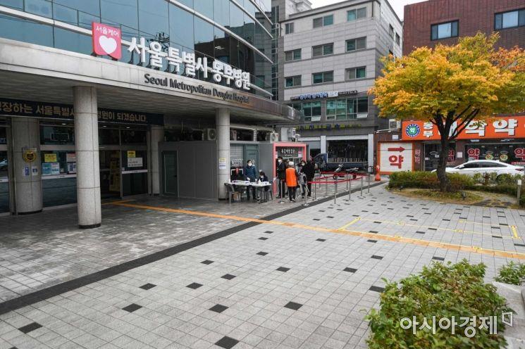 전국적으로 독감백신으로 사망하는 사례가 발생하고 있는 22일 서울 동대문구 서울동부병원에서 평소보다 적은 인원이 독감을 접종하기 위해 접수하고 있다./강진형 기자aymsdream@