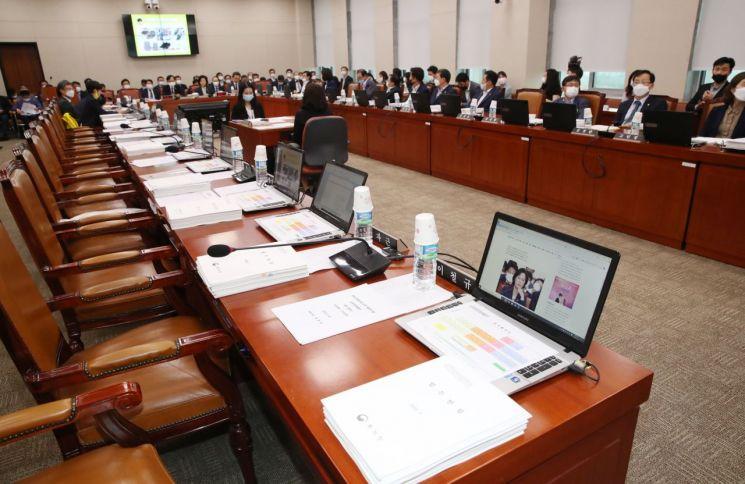 사진은 지난 7월28일 오후 국회 산업통상자원중소벤처기업위원회 전체회의에 미래통합당 의원들이 불참한 모습.(이미지 출처=연합뉴스)