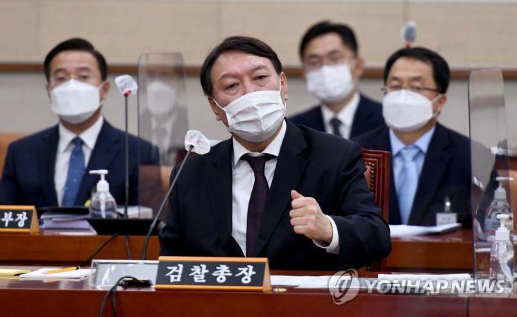 19일 국회 법제사법위원회의 대검찰청에 대한 국정감사에서 윤석열 검찰총장이 의원의 질의에 답변하고 있다.