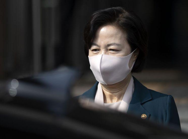 추미애 법무부 장관이 22일 오후 경기도 정부과천청사 법무부 청사를 나서고 있다. [이미지출처=연합뉴스]