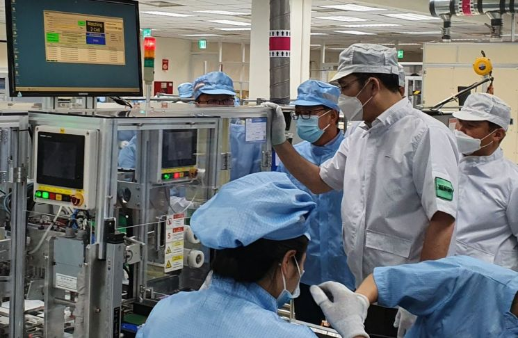 이재용 부회장이 20~21일 베트남 하노이시 인근에 위치한 삼성 복합단지를 찾아 스마트폰 생산공장 등을 점검하는 모습.  [사진=삼성전자]   [사진제공=삼성전자]