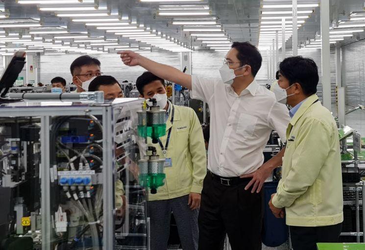 이재용 부회장이 20~21일 베트남 하노이시 인근에 위치한 삼성 복합단지를 찾아 스마트폰 생산공장 등을 점검하는 모습.  [사진=삼성전자]