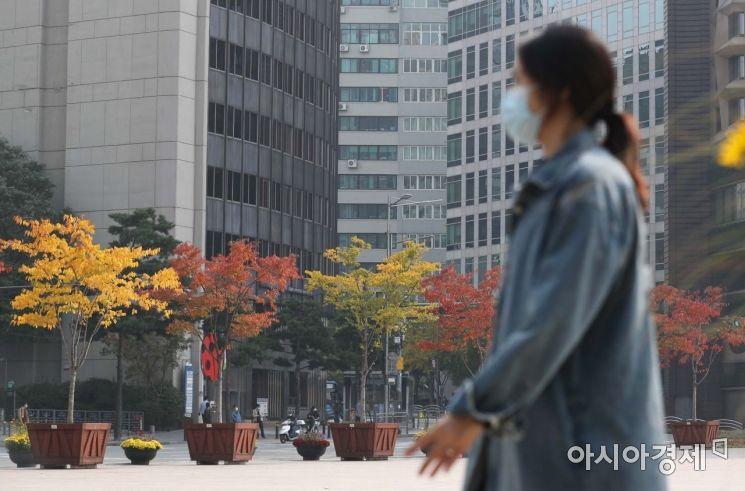 일교차가 큰 가을 날씨가 이어진 22일 서울시청 앞 광장에서 시민들이 울긋불긋 물든 단풍나무 아래에서 가을 정취를 만끽하고 있다. /문호남 기자 munonam@