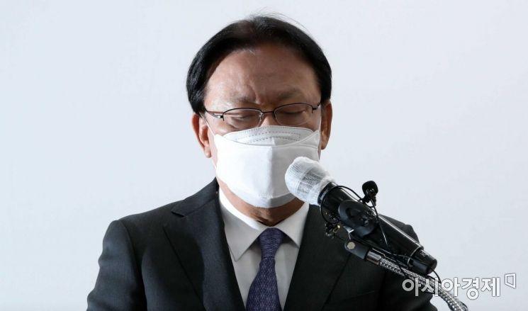 박근희 CJ대한통운 대표이사가 22일 오후 서울 중구 태평로빌딩에서 택배 노동자 사망 사건과 관련해 사과문을 발표하고 있다./강진형 기자aymsdream@
