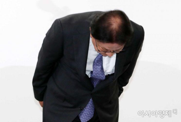 박근희 CJ대한통운 대표이사가 22일 오후 서울 중구 태평로빌딩에서 택배 노동자 사망 사건과 관련해 고개를 숙여 사과하고 있다./강진형 기자aymsdream@