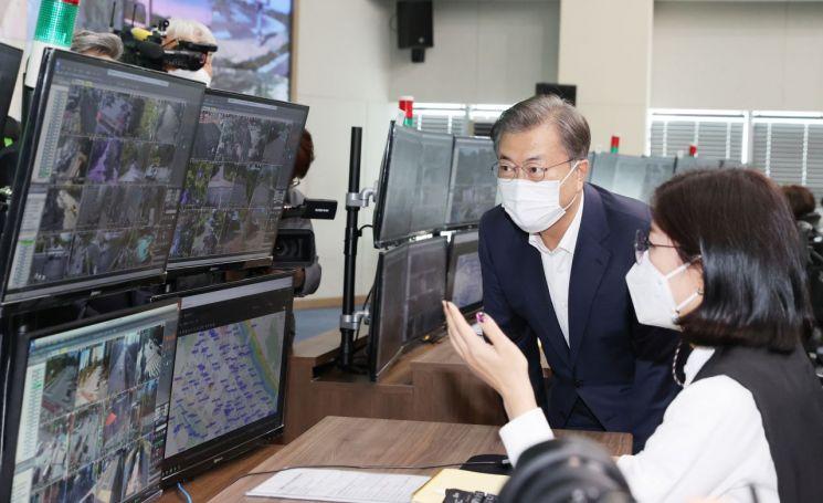 문재인 대통령이 22일 오후 인천 송도의 스마트시티 통합운영센터를 시찰하고 있다.
