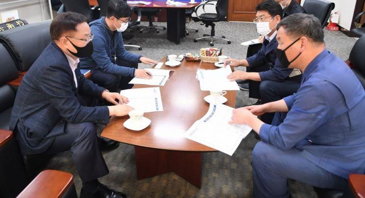 오규석 기장군수(맨오른쪽) 등 기장군 공무원들이 22일 대전 한국연구재단을 방문해 동남권 의과학단지 내 국책 프로젝트의 추진을 요청하고 있다.